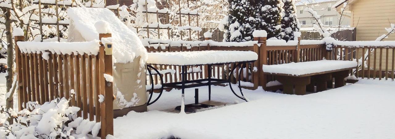 schneebedeckte Terrasse, Holzmöbel